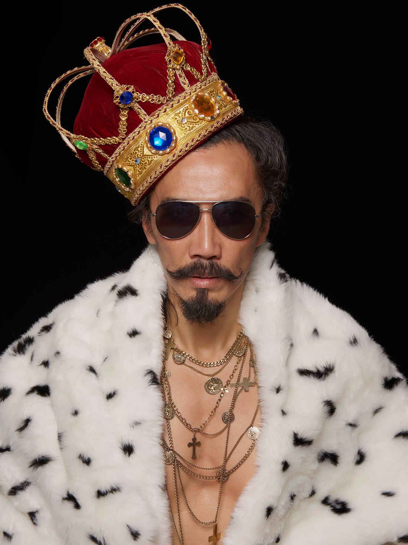 6 Jan 2018 Derong is dressed as a king