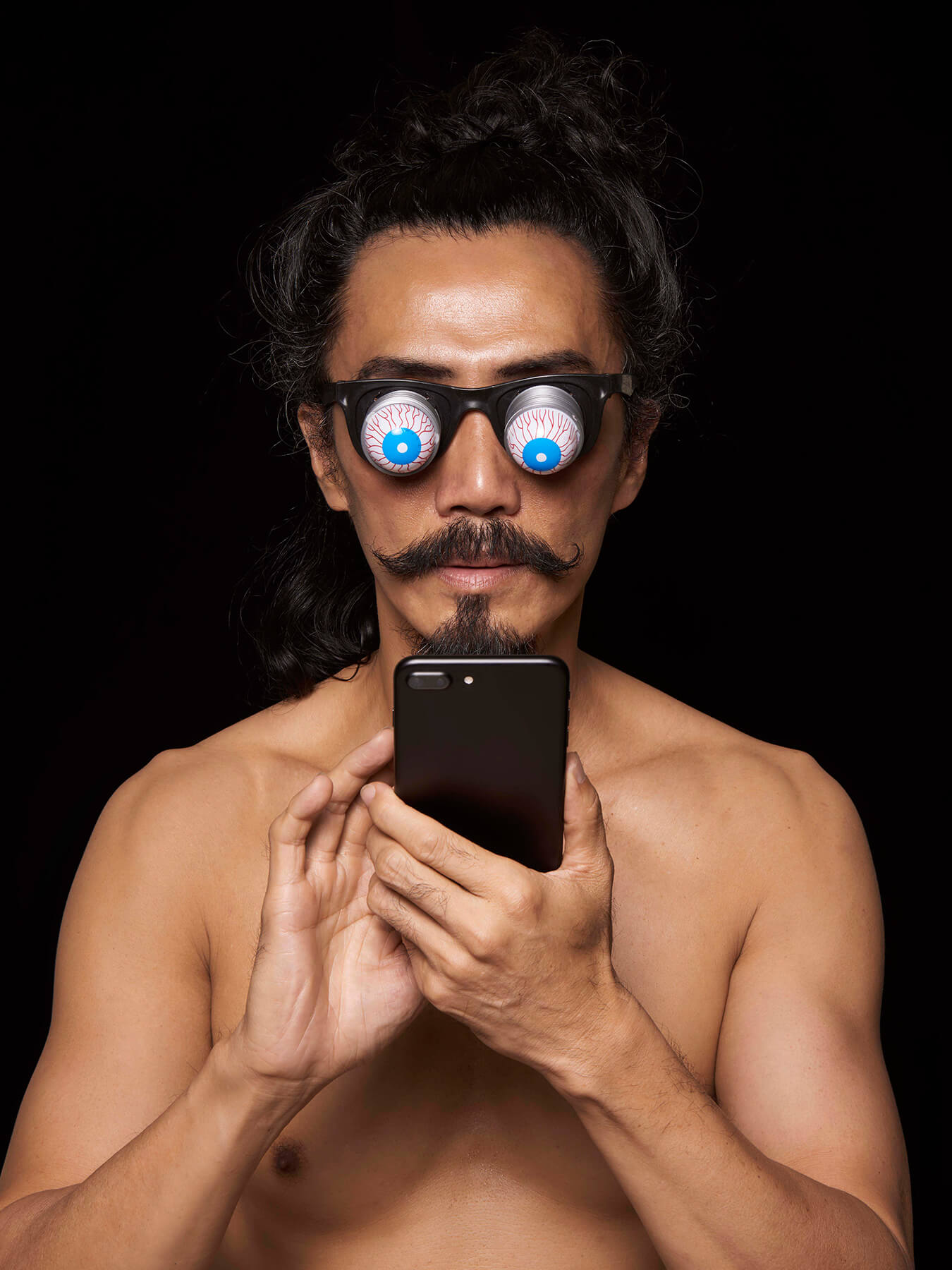 22 Oct 2017 Derong is wearing a pair of 'eye-popping' glasses and looking into a smartphone screen