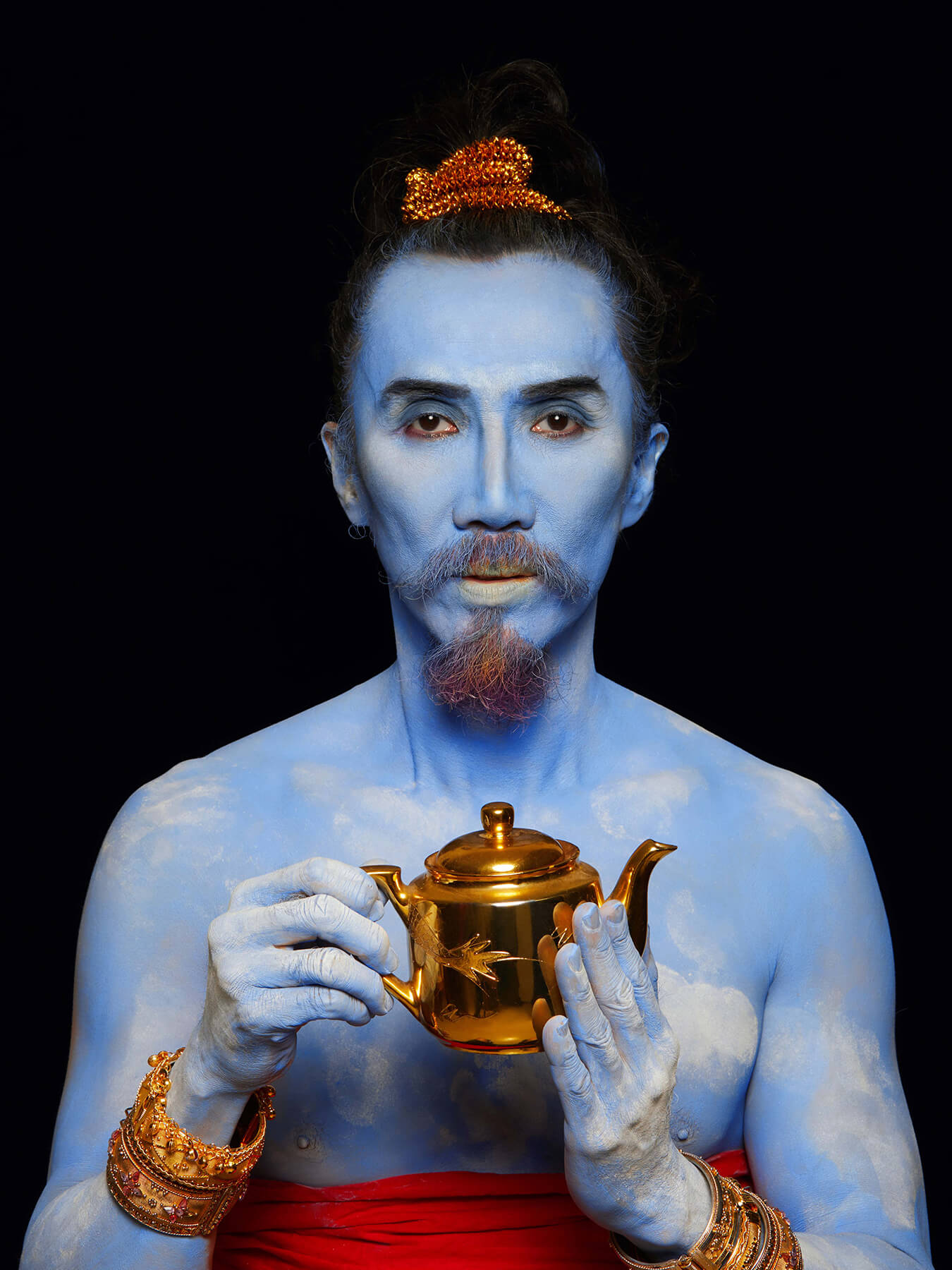 10 Nov 2017 Derong is covered in blue body paint, rubbing a magic lamp as Genie