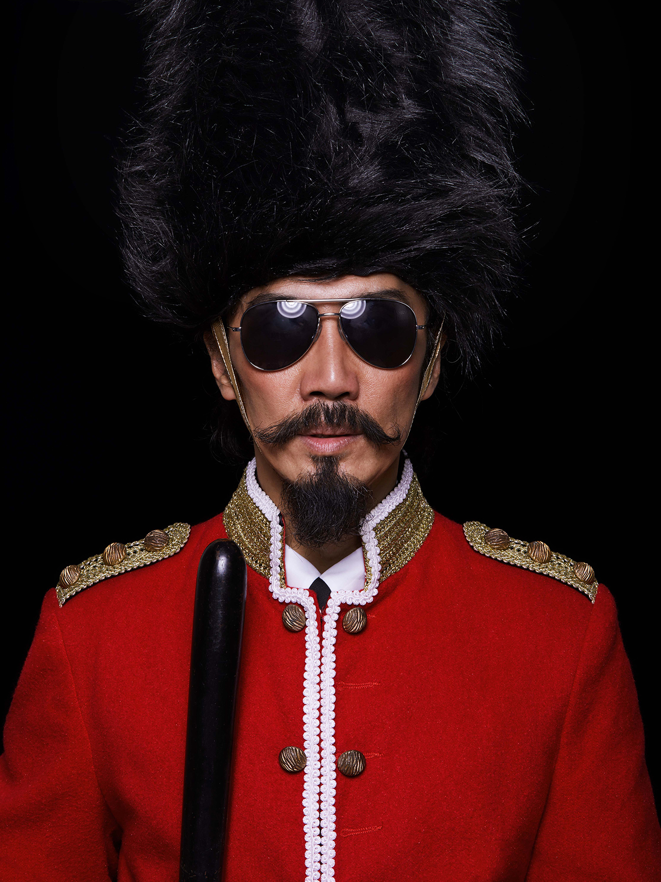 4 Dec 2017 Derong is photographed in a Queen's Guard costume