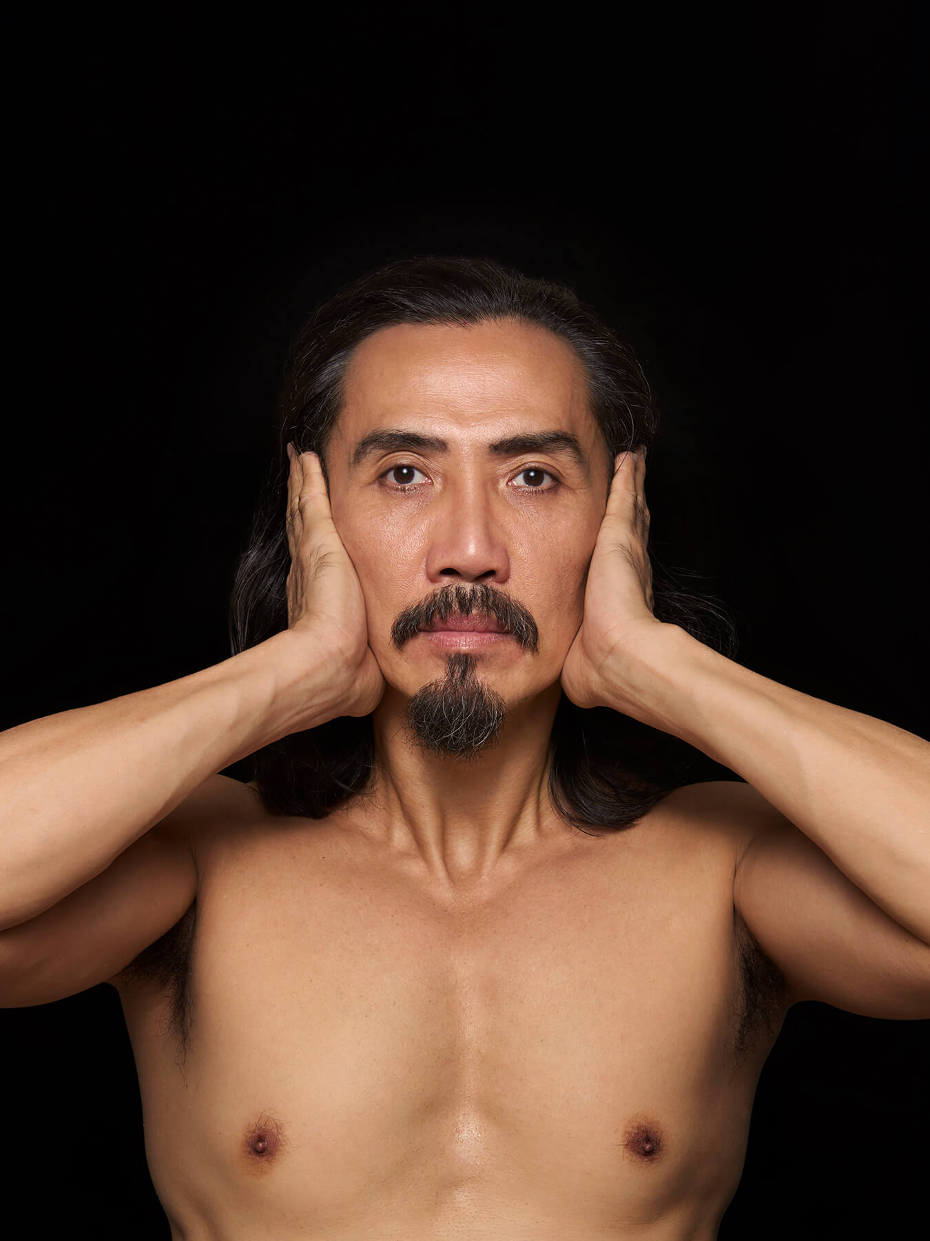 27 Feb 2018 Derong is photographed topless, covering his ears