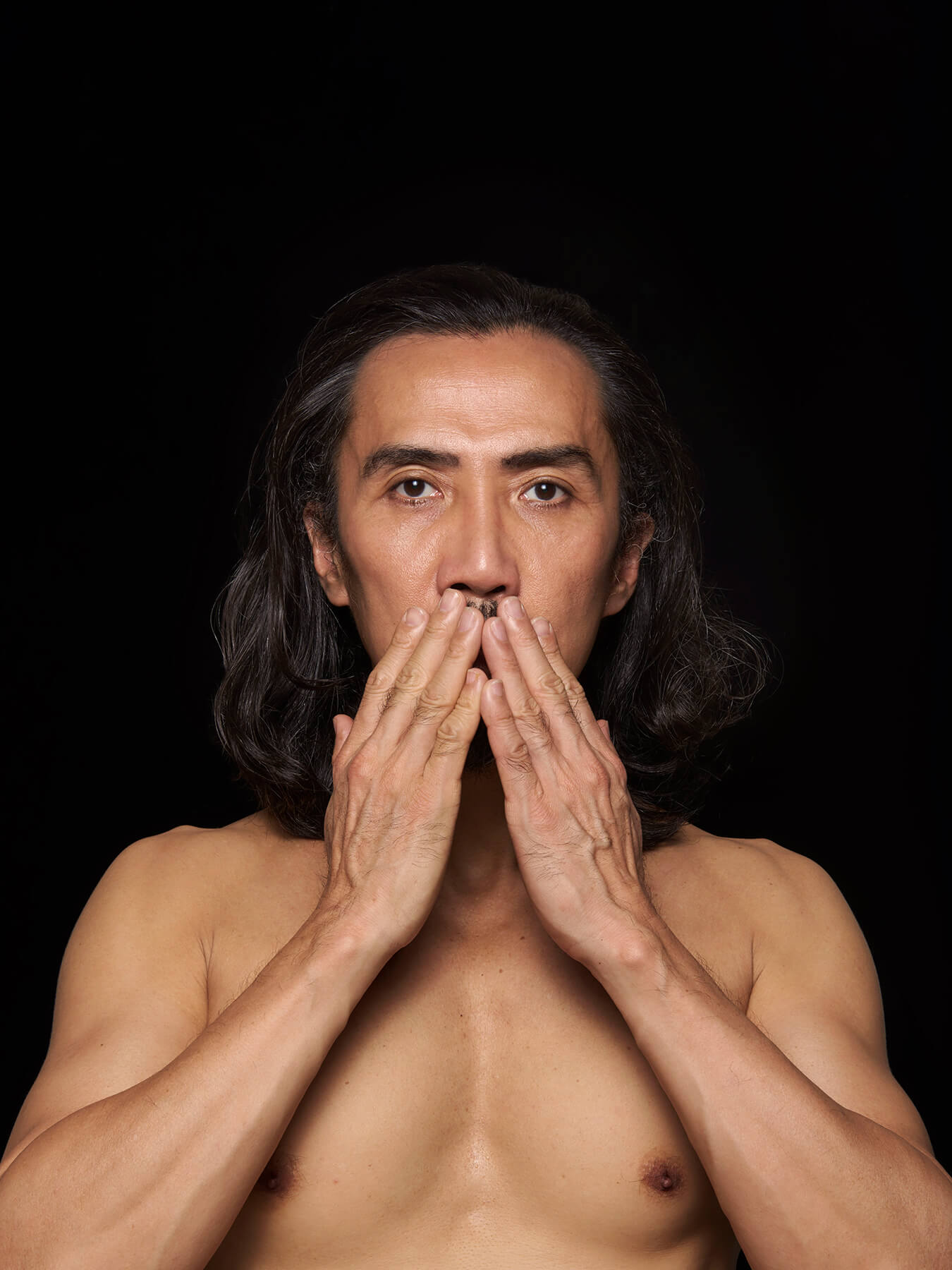 27 Feb 2018 Derong is photographed topless, covering his mouth